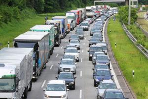 Rettungsgasse richtig bilden - Tipps für den Stau auf Autobahn